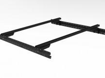 Muli-Rack systém včetně 3 Rhino Rack Heavy Duty příčných nosníků v černé barvě.